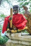 Chiang Rai, Thailand - September 02, 2018: Reuzepoortbeschermer bij tempelingang aan Wat Phra That Doi Tung, Chiang Rai, Thailand stock fotografie