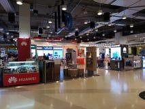 CHIANG RAJA TAJLANDIA, GRUDZIEŃ, - 17: niezidentyfikowani ludzie wybiera telefony komórkowych przy sklepami w domu towarowym na G zdjęcie royalty free