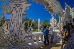 CHIANG RAJA TAJLANDIA, LUTY, - 01, 2018: Boczny salowy widok niezidentyfikowani ludzie przy wchodzić do lokalizować biała świątyn Zdjęcie Royalty Free
