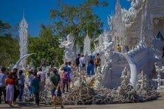 CHIANG RAJA TAJLANDIA, LUTY, - 01, 2018: Boczny widok niezidentyfikowani ludzie przy wchodzić do lokalizować wewnątrz biała świąt Zdjęcie Royalty Free