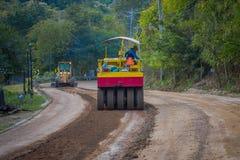 CHIANG RAJA TAJLANDIA, LUTY, - 01, 2018: Maszyneria dla sztachetowej budowy drogi w Chiang Mai, Tajlandia, pracuje na a Zdjęcie Stock