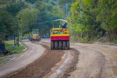 CHIANG RAJA TAJLANDIA, LUTY, - 01, 2018: Maszyneria dla sztachetowej budowy drogi w Chiang Mai, Tajlandia, pracuje na a Zdjęcie Royalty Free
