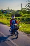 CHIANG RAJA TAJLANDIA, LUTY, - 01, 2018: Niezidentyfikowana kobieta używa hełm jazdę i ochronę motocykl jest Zdjęcia Royalty Free