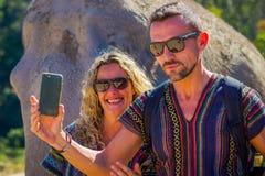 CHIANG RAJA TAJLANDIA, LUTY, - 01, 2018: Niezidentyfikowana para bierze selfie z ogromnym słoniem w dżungli sanktuarium Zdjęcia Royalty Free