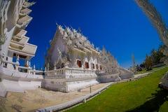 CHIANG RAJA TAJLANDIA, LUTY, - 01, 2018: Niezidentyfikowani ludzie chodzi wokoło piękna ozdobna biała świątynia lokalizować wewną Zdjęcie Stock