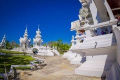 CHIANG RAJA TAJLANDIA, LUTY, - 01, 2018: Niezidentyfikowani ludzie chodzi wokoło piękna ozdobna biała świątynia lokalizować wewną Obraz Stock