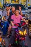 CHIANG RAJA TAJLANDIA, LUTY, - 01, 2018: Niezidentyfikowani ludzie jedzie motocykl są popularnym transportem w południe Fotografia Stock