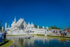 CHIANG RAJA TAJLANDIA, LUTY, - 01, 2018: Niezidentyfikowani ludzie odwiedza pięknego białego kościół Wat Rong Khun Zdjęcia Royalty Free