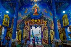 CHIANG RAJA TAJLANDIA, LUTY, - 01, 2018: Niezidentyfikowani ludzie przy wchodzić do świątynia przy Watem Rong Suea Dziesięć, z Obrazy Stock