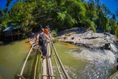 CHIANG RAJA TAJLANDIA, LUTY, - 01, 2018: Niezidentyfikowani ludzie używa drewnianego most krzyżować małą rzekę wewnątrz Obraz Stock