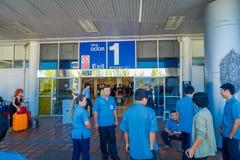 CHIANG RAJA TAJLANDIA, LUTY, - 01, 2018: Niezidentyfikowani pracownicy czeka przy wyjściem drzwi 1 przy Chiang Mai Obraz Royalty Free