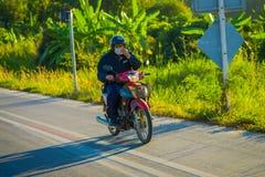 CHIANG RAJA TAJLANDIA, LUTY, - 01, 2018: Niezidentyfikowany mężczyzna używa hełm jazdę i ochronę motocykl jest najwięcej Zdjęcie Royalty Free