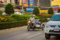 CHIANG RAJA TAJLANDIA, LUTY, - 01, 2018: Niezidentyfikowany mężczyzna używa hełm jazdę i ochronę trójkołowiec jest najwięcej Obraz Royalty Free