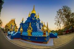 CHIANG RAJA TAJLANDIA, LUTY, - 01, 2018: Piękna błękitna pagoda przy Wata Rong Suea Dziesięć błękita świątynią, jest lokalizuje p Obrazy Stock