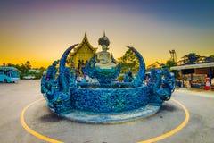 CHIANG RAJA TAJLANDIA, LUTY, - 01, 2018: Piękny plenerowy widok błękitny staw z budha w środku przy Rong Sua Dziesięć Zdjęcie Stock