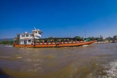 CHIANG RAJA TAJLANDIA, LUTY, - 01, 2018: Piękny plenerowy widok duży statek w porcie przy złotym trójbokiem Laos Zdjęcia Stock