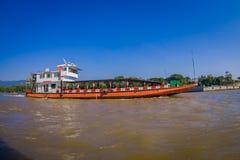 CHIANG RAJA TAJLANDIA, LUTY, - 01, 2018: Piękny plenerowy widok duży statek w porcie przy złotym trójbokiem Laos Obrazy Stock