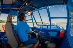 CHIANG RAJA TAJLANDIA, LUTY, - 01, 2018: Piękny plenerowy widok kapitan żegluje łódź w nawadnia port przy Zdjęcie Stock