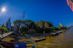CHIANG RAJA TAJLANDIA, LUTY, - 01, 2018: Piękny plenerowy widok nidentified ludzi czeka łódź brać Zdjęcia Stock