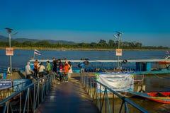 CHIANG RAJA TAJLANDIA, LUTY, - 01, 2018: Piękny plenerowy widok nidentified ludzi czeka łódź brać Obrazy Royalty Free