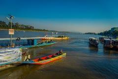 CHIANG RAJA TAJLANDIA, LUTY, - 01, 2018: Piękny plenerowy widok niektóre łodzie w porcie przy złotym trójbokiem Laos Zdjęcie Stock