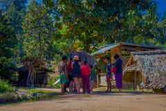 CHIANG RAJA TAJLANDIA, LUTY, - 01, 2018: Piękny plenerowy widok niezidentyfikowani ludzie blisko do ogromnego słonia w a Fotografia Stock