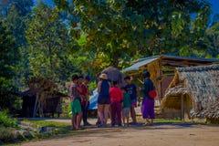 CHIANG RAJA TAJLANDIA, LUTY, - 01, 2018: Piękny plenerowy widok niezidentyfikowani ludzie blisko do ogromnego słonia w a Obrazy Royalty Free