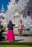 CHIANG RAJA TAJLANDIA, LUTY, - 01, 2018: Piękny plenerowy widok niezidentyfikowani ludzie chodzi przy wchodzić do biel Obraz Stock