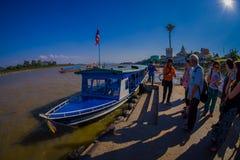 CHIANG RAJA TAJLANDIA, LUTY, - 01, 2018: Piękny plenerowy widok niezidentyfikowani ludzie czeka łódź brać Obrazy Royalty Free