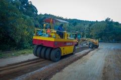 CHIANG RAJA TAJLANDIA, LUTY, - 01, 2018: Plenerowy widok compaction maszyneria dla sztachetowej budowy drogi w Chiang Mai Zdjęcia Royalty Free