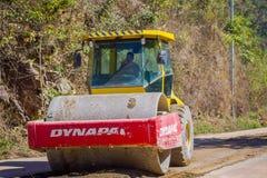 CHIANG RAJA TAJLANDIA, LUTY, - 01, 2018: Plenerowy widok compaction maszyneria dla sztachetowej budowy drogi w Chiang Mai Obrazy Royalty Free