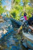 CHIANG RAJA TAJLANDIA, LUTY, - 01, 2018: Plenerowy widok kobiety myje ich nożnego namok onsen przy turysta Obrazy Stock