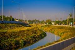 CHIANG RAJA TAJLANDIA, LUTY, - 01, 2018: Plenerowy widok lekkie poczta lokalizować przy jeden stroną droga z wodnym sposobem Zdjęcia Stock