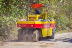 CHIANG RAJA TAJLANDIA, LUTY, - 01, 2018: Plenerowy widok maszyneria dla sztachetowej budowy drogi w Chiang Mai, Tajlandia Zdjęcia Royalty Free