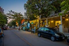 CHIANG RAJA TAJLANDIA, LUTY, - 01, 2018: Plenerowy widok niektóre miejscowi w ulicach Chiang Mai z i sklepy spożywczy Zdjęcia Royalty Free