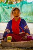 CHIANG RAJA TAJLANDIA, LUTY, - 01, 2018: Plenerowy widok niezidentyfikowana kobieta z nożem w jej ręce robić handycraf Obrazy Stock