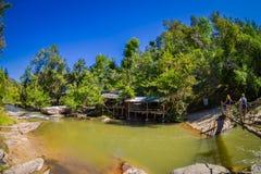 CHIANG RAJA TAJLANDIA, LUTY, - 01, 2018: Plenerowy widok niezidentyfikowani ludzie chodzi w tropikalnym tropikalnym lesie deszczo Fotografia Royalty Free