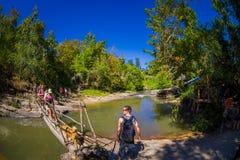 CHIANG RAJA TAJLANDIA, LUTY, - 01, 2018: Plenerowy widok niezidentyfikowani ludzie chodzi w tropikalnym tropikalnym lesie deszczo Obraz Stock