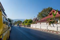 CHIANG RAJA TAJLANDIA, LUTY, - 01, 2018: Plenerowy widok niezidentyfikowani ludzie jedzie motocykle w ulicach Fotografia Stock