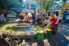 CHIANG RAJA TAJLANDIA, LUTY, - 01, 2018: Plenerowy widok niezidentyfikowani ludzie myje i nożny namok onsen turysta Obrazy Stock