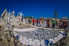 CHIANG RAJA TAJLANDIA, LUTY, - 01, 2018: Plenerowy widok niezidentyfikowani ludzie przy wchodzić do lokalizować wewnątrz biała św Zdjęcie Royalty Free