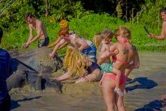 CHIANG RAJA TAJLANDIA, LUTY, - 01, 2018: Plenerowy widok niezidentyfikowani turyści blisko do ogromni słonie w dżungli Fotografia Royalty Free