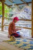 CHIANG RAJA TAJLANDIA, LUTY, - 01, 2018: Plenerowy widok niezidentyfikowany mężczyzna na jego kolanach z rybim jedzeniem w ich rę Obrazy Stock