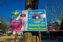 CHIANG RAJA TAJLANDIA, LUTY, - 01, 2018: Plenerowy widok pouczający szyldowy uliczny rynek lokalizować przy jeden stroną Zdjęcia Royalty Free