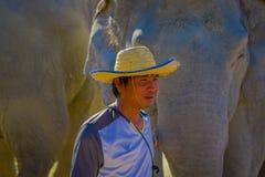 CHIANG RAJA TAJLANDIA, LUTY, - 01, 2018: Portret jest ubranym słomianego kapelusz w głowie blisko do wspaniałego rodzimy mężczyzn Zdjęcie Stock