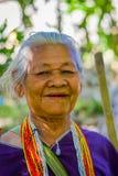 CHIANG RAJA TAJLANDIA, LUTY, - 01, 2018: Portret niezidentyfikowany starej kobiety odprowadzenie w tropikalnym tropikalnym lesie  Obrazy Royalty Free