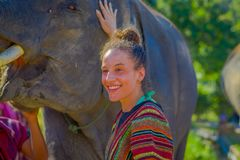 CHIANG RAJA TAJLANDIA, LUTY, - 01, 2018: Portret pozuje blisko do słonia w dżungli sanktuarium piękna kobieta Obraz Stock