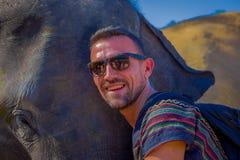 CHIANG RAJA TAJLANDIA, LUTY, - 01, 2018: Portret pozuje w głowie dziecko słoń w dżungli przystojny mężczyzna Zdjęcia Stock