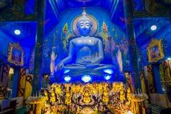 CHIANG RAJA TAJLANDIA, LUTY, - 01, 2018: Salowy widok ogromny Buddha statuy obsiadanie w bluew świątyni przy Watem Rong Suea Obrazy Stock