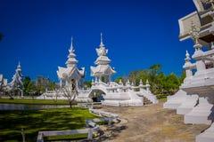 CHIANG RAJA TAJLANDIA, LUTY, - 01, 2018: Salowy widok piękna ozdobna biała świątynia lokalizować w Chiang Raja północny Zdjęcie Stock
